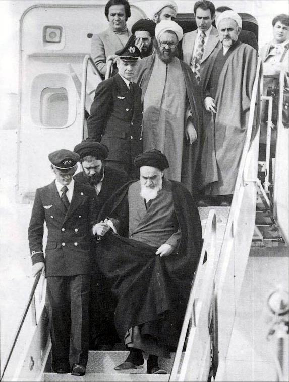 ورود امام خمینی  به ایران در ۱۲ بهمن ۱۳۵۷؛ محمدعلی صدوقی به موازات صادق طباطبایی در تصویر دیده میشود.